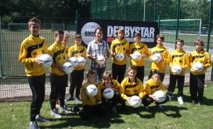 Uwe Rau, Geschäftsführer der HDS Arbeitsschutz GmbH, übergab den Spielern der U14 die neuen Trainingsbälle