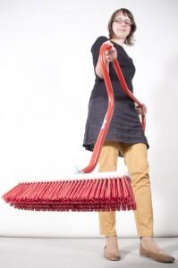 Ausstellungsmacherin Nancy Drechler mit einem rückenfreundlichen Besen. Quelle: DASA